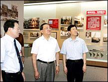胡锦涛、温家宝参观纪念邓小平诞辰百年展览